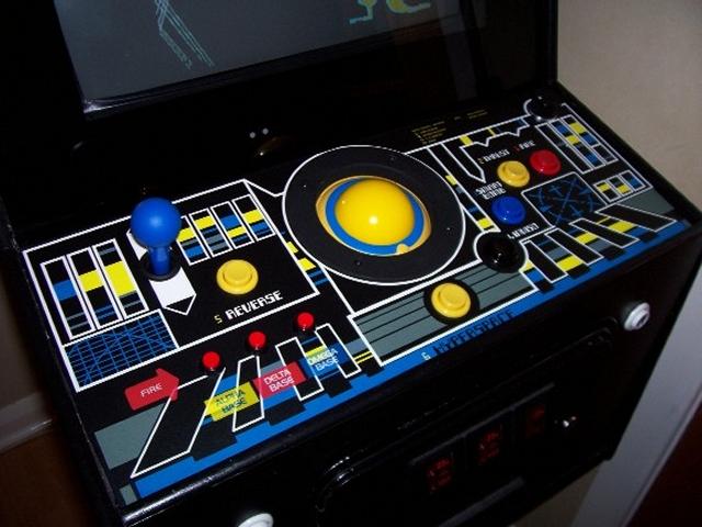 Ebenfalls ein Relikt der 80er ist der Trackball - eine Art umgekehrte Maus, mit dem man sehr präzise kleinere Bewegungen machen konnte. Bei Heimanwendungen konnte sich das sensible Ding nie durchsetzen, in der Spielhalle hingegen gab es einige Klassiker, die auf den genauen Draufbatsch-Controller setzten - wie Missile Command oder Marble Madness. 1997523
