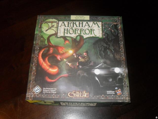 Arkham Horror ist ein Brettspiel für zwei bis acht Spieler ab 14 Jahren; knapp 40 Euro, komplett Deutsch beim Heidelberger Spielverlag erschienen.