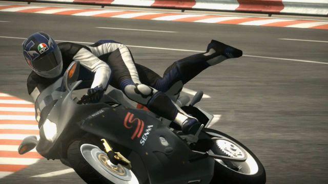 Project Gotham Racing 4 (2007) <br><br> Mit dem bis dato letzten PGR-Teil erweiterte Bizarre Creations nicht nur den Fuhrpark mit Motorrädern, sondern bot auch erstmals ein dynamisches Wettersystem an. GothamTV wurde zwar aus der Feature-Liste gestrichen, doch durfte man als Ausgleich Replays, Fotos und Geisterwagen mit der Community teilen. Mit weiteren Städten, erweiterten Spielmodi und einer größeren Fahrzeugauswahl wurde außerdem der Umfang wieder nach oben geschraubt. Gleichzeitig gab das Studio bekannt, dass PGR 4 das letzte Spiel sein würde, das man für Microsoft macht. Und dafür gab es einen guten bzw. wie wir heute wissen schlechten Grund... 2199407