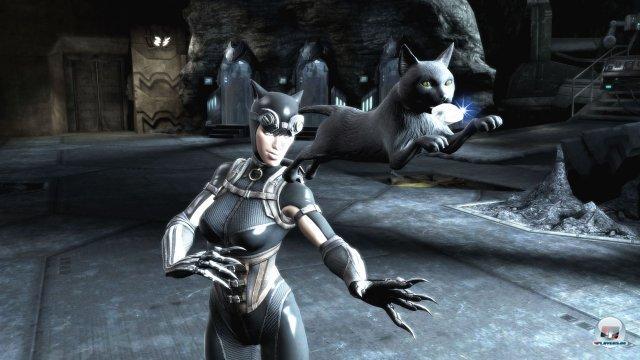 Auch Catwoman gehört zur illustren Riege an DC-Figuren, die hier die Fäuste sprechen lassen.