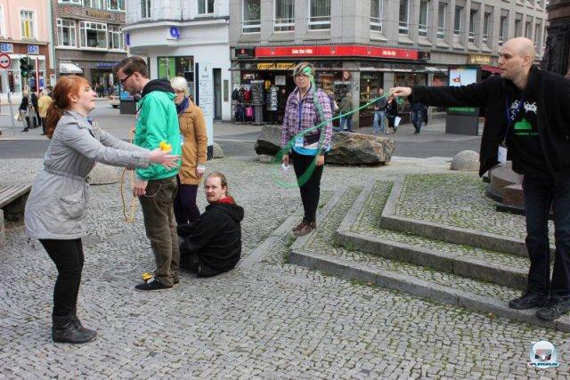 Open World mal anders: Beim rundenweise gespielten Straßen-Strategiespiel Mont Trottoir rettet man tief stehende Teammitglieder mit einem Seil und quietschgelben Checkpoint-Entchen. 92469149