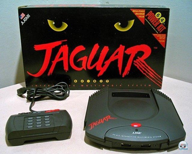 <b>Jaguar: 599 DM</b> <br><br> Im Gegensatz zum 3DO kam Ataris letzte Konsole zum Schnäppchenpreis: 249 Dollar kostete das Gerät in den USA, hierzulande musste man Ende 1994 dagegen stolze 599 DM auf den Tisch legen. 92404042