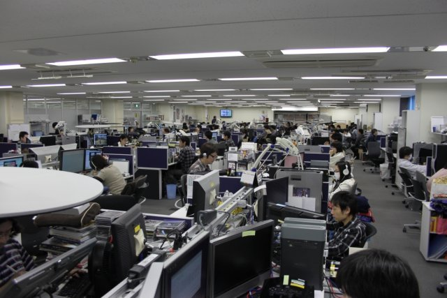 Es wird eng <br><br> XL-Großraumbüro: 140 der 170 Mitarbeiter von CyberConnect2 teilen sich in Fukuoka einen einzigen Raum, der sinnvoll sowohl nach Teams als auch nach Rollen aufgeteilt wird. Horizontal betrachtet sitzen Leute zusammen, die an einem Projekt zusammenarbeiten. Die vertikale Ausrichtung fasst dagegen Programmierer, Künstler und Spieldesigner zusammen. 2317667
