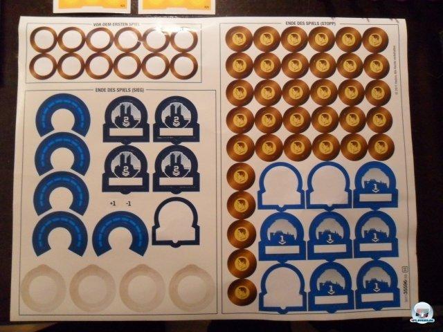 Mit diesen Stickern verändert man das Aussehen der Welt: Es gibt kleine und große Städte, Münzenboni und Befestigungen.