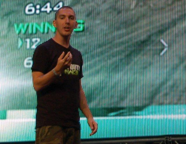 <b>Bowling mal anders</b>  <br><br>  Auf der Keynote brachte Infinity Wards Robert Bowling den Fans die Neuerungen von Modern Warfare 3 näher. 2261132