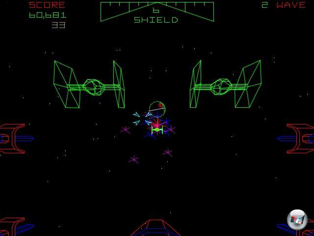 <b>Star Wars </b><br><br>Einer der bis heute atmosphärischsten Vertreter der Spezies »Starwars Ludensis« ist auch gleich einer der ersten: Star Wars, der Spielhallenautomat. 1983 sorgten grün glühende, nackte Vektorlinien für ein unvergleichliches X-Wing-Gefühl, der legendäre Grabenflug war zum Greifen nahe. Das Spiel von Atari bestand aus drei Szenen aus dem ersten Film, die alle mit dem Todesstern und dem Graben zu tun hatten - und die sich endlos wiederholten, wenn man sie schaffte, während die berühmte Musik aus den kleinen Lautsprechern fiepste und kratzige Digi-Sprachausgabe sicher ging, dass man sich auf seine Gefühle verließ. 1855208
