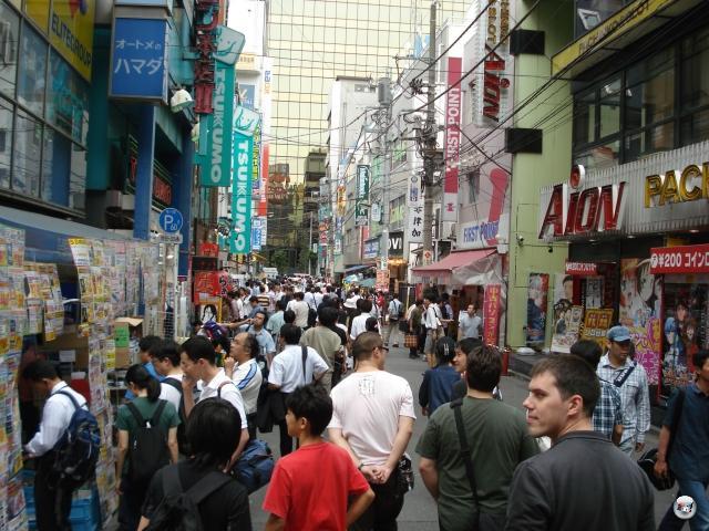 Erwähnten wir schon, dass gerade in Akihabara die Japaner-pro-Kubikzentimeter-Rate gigantisch hoch ist? Gerade an einem Feiertag wie dem heutigen ist die benötigte Atemluft knapp. Außer, man steht direkt unter einer der unendlich scheinenden Klimaanlagen. Aber das bringt einen Extrahaufen ganz eigener Probleme mit sich. 2008368