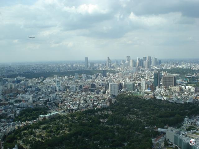 Erwähnte ich schon, dass Tokyo mal echt wahnsinnig verdammt und irgendwie unfassbar groß ist? Dieses Bild, geknipst aus dem 52. Stock des Mori Tower in Roppongi Hills, sollte einen ungefähren Eindruck dieser, nennen wir es mal in Ermangelung eines besseren Wortes, Stadt vermitteln. Ist in Japan eigentlich noch Platz für etwas anderes als Tokyo? 2008458