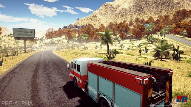 Das Feuerwehr-Fahrzeug ist auf dem Weg zum Einsatzort.