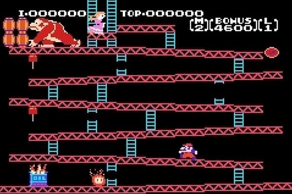 Donkey Kong (1981)<br><br>Der erste Mario war gar kein Mario: Er sah zwar aus wie der Klempner, den wir kennen und lieben, und hüpfte wie er, hieß aber »Jumpman« und war laut der Story ein fieser Zimmermann. Und die zu rettende hieß nicht etwa Daisy, sondern Pauline. Nur der Affe blieb über die Jahre gleich affig: Donkey Kong. 16x16 Pixel reichten Shigeru Miyamoto, um das bekannteste Gesicht der Videospielgeschichte zu pinseln, die rote Mütze gab's nur deshalb, weil die niedrige Auflösung nicht reichte, um Haare zu modellieren. Donkey Kong war ein Instant-Hit, nicht nur in den Spielhallen, in denen es zuerst veröffentlicht wurde, sondern auch in den gefühlten zwei Millionen Umsetzungen für alle möglichen und unmöglichen Systeme. Von denen die meisten übrigens alles andere als offiziell von Nintendo abgesegnet, dafür aber zum Teil bemerkenswert dreist abgekupfert waren. 1724674