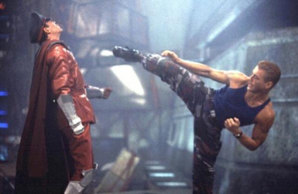 Street Fighter (1994)<br><br>Es gibt über diesen Film verdammt viel Schlechtes zu sagen: Dass z.B. Jean-Claude van Damme als Guile noch erbärmlicher spielt als die versammelte Mannschaft von Richterin Barbara Salesch, oder dass der einzig gute Teil von Kylie Minogue im ganzen Streifen ihr Hintern ist. Oder dass ausgerechnet dieses trübe Stück Zelluloid der letzte Film des großartigen Raul Julia sein sollte, der sich angesichts seines nahenden Krebstodes wohl dachte, dass es nicht schlimmer kommen konnte. Er sollte sich irren. 1723070