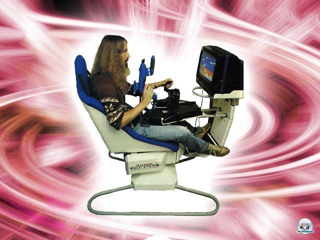 <b>Konix Multisystem</b><br><br> Der Preis für die bizarrste Hardware überhaupt gebührt Konix: Der britische Joystick- und Zubehörhersteller entwarf eine Konsole samt eingebautem Monitor und Hydraulik-Stuhl. Das raumfüllende Monstrum ließ sich mit Lenkrad, Lightgun, Motorrad-Griffen und Flightstick ausstatten. Auf dem Bild sieht man Space Giraffe-Entwickler Jeff Minter in Aktion, auch er arbeitete an Software für das Gerät. Die für 1989 angesetzte Veröffentlichung wurde wegen einer geplatzten Finanzierung abgeblasen. Außerdem machte die Hydraulik bereits bei einer Präsentation des Prototyps in London schlapp. 2379497