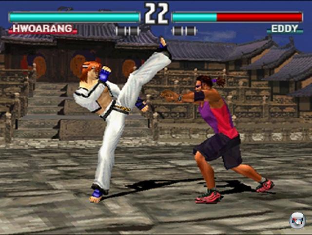 <b>Tekken 3</b> (März 1998)<br><br>Namcos Tekken-Serie war einer der Stützpfeiler für den Erfolg der ersten PlayStation - und der dritte Teil zementierte diesen Anspruch nochmals. Der Grafiksprung vom zweiten auf den dritten Prügler war für damalige Verhältnisse unfassbar, die Figurenauswahl hatte für jeden Kämpferfreund etwas in petto, die Steuerung war perfekt, die launigen Bonusgames sorgten für Spaß außerhalb der Arena. Hierzulande erschien das Game erst ein gutes halbes Jahr später, und litt vor allem an der erheblich langsameren PAL-Geschwindigkeit. Nichtsdestotrotz hatte Tekken 3 eigentlich nur eine würdige Konkurrenz - und die stammte mit Soul Blade aus eigenem Hause. 1789653