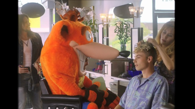 Crash Bandicoot im Friseursalon